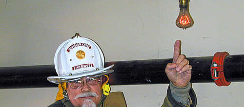 Feuerwehrchef Lynn Owens ,it der ältesten Glühbirne der welt