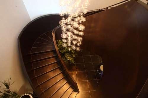 die Stahltreppe von Otto Zern, mit dem handgefertigten Luster aus Murano Glass.