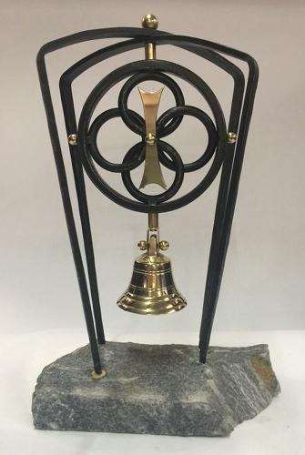 die lampenmanufaktur otto zern fertigte für den interacz club donautal eine symbolische skulptur als tischglocke